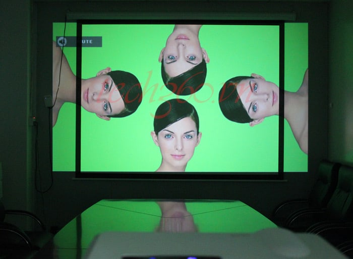 Máy chiếu cho phép bạn xem TV, phim, karaoke, hình ảnh ...trên màn hình lớn trên 80 inch ngay tại nhà, trải nghiệm cảm giác xem phim tuyệt vời như trong rạp chiếu chuyên nghiệp. Sau đây là những thông tin chính bạn cần tham khảo khi chọn mua máy chiếu giá rẻ với chất lượng tốt  Tư vấn chọn mua máy chiếu giá rẻ chất lượng tốt                                                        Máy chiếu giá rẻ mini UNIC UC40 Plus chỉ 1.990.000đ  Máy chiếu sẽ trình chiếu hình ảnh lên một màn hình khác có thể lên tới trên 100 inch. Vì thế, với máy chiếu, bạn sẽ được trải nghiệm như xem phim rạp với màn hình rộng ngay tại nhà. Máy chiếu có thể dùng ở bất cứ đâu có nguồn điện, mặt phẳng và đủ không gian. Bạn có thể treo máy trên tường cố định hoặc đặt trên bàn, giá sách.  Bạn sẽ cần có một căn phòng đủ rộng và một bức tường trống để chiếu các hình ảnh. Ngoài ra, môi trường ánh sáng thuận lợi không quá sáng, dù trực tiếp hay gián tiếp, ánh sáng sẽ ảnh hưởng đến độ rõ và tương phản chung  hay còn gọi là chất lượng của hình ảnh. Lý tưởng nhất là bạn tạo ra một không gian tối nhất có thể khi sử dụng máy chiếu, đúng như trong rạp chiếu phim.  Như thế nào là một máy chiếu giá rẻ tốt và chất lượng?  Độ sáng: Sáng hơn không nhất thiết là tốt hơn khi chọn mua máy chiếu. Một chiếc máy chiếu cần sản xuất ra đủ độ sáng để chiếu sáng màn hình, song nếu sáng quá sẽ khiến người xem mỏi mắt khi xem thời gian dài. Độ sáng của máy chiếu được đo bằng đơn vị lumen. Đối với một máy chiếu dùng trong phòng tối, độ sáng ở mức 800 và 1.500 lumen đã là rất tốt rồi. Bạn sẽ chỉ cần độ sáng cao hơn nếu phòng bạn có nhiều ánh sáng xung quanh.  Một số máy chiếu mini giá rẻ tham khảo: Tại đây  Các lựa chọn màn chiếu: Màn chiếu rẻ nhất chính là sử dụng bức tường, mặc dù chất lượng hình ảnh sẽ phụ thuộc vào độ mịn và trắng của bức tường. Bạn có thể cải thiện điều này bằng loại sơn phản chiếu đặc biệt. Tuy nhiên, bạn cũng nên xem xét trang bị loại màn chiếu chuyên dụng. Màn chiếu có nhiều loại khác nhau, bao gồm loại c