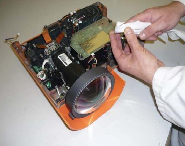 Có cần phải vệ sinh máy chiếu thường xuyên