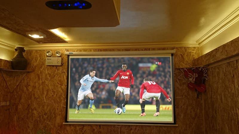 Máy chiếu giá rẻ Tyco T7 trình chiếu cho quán café bóng đá