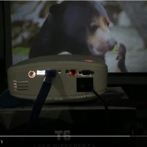 """Máy chiếu giá rẻ Tyco T6 chiếu thử đoạn phim trên màn 72"""""""